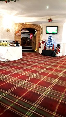 The Hillcrest Hotel Widnes: Reception through to restaurant.  (Carpet needs a shampoo)