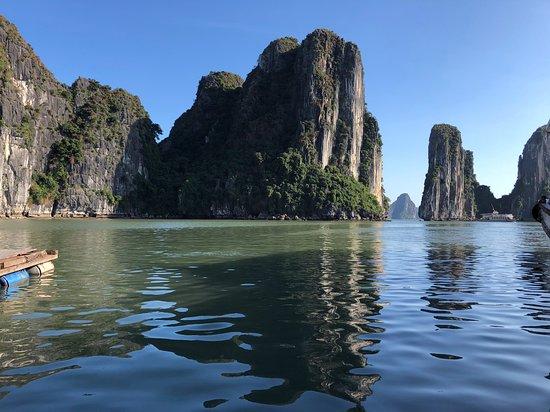 Dragonfly Cruise: Halong Bay cruise