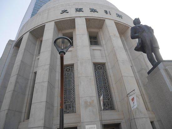 Osaka Exchange Building: 大阪取引所建物と五代友厚像