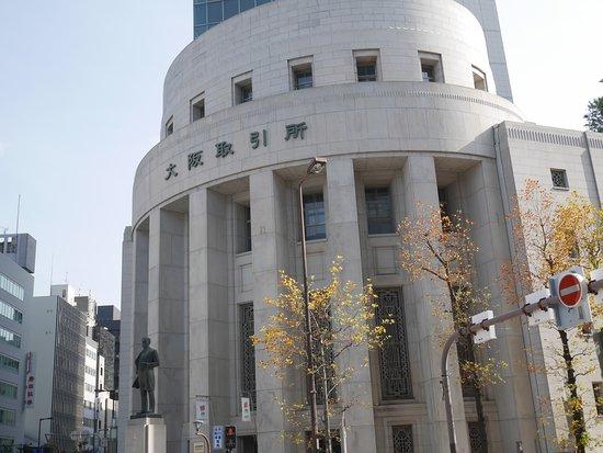 Osaka Exchange Building: 大阪取引所建物を交差点反対側から