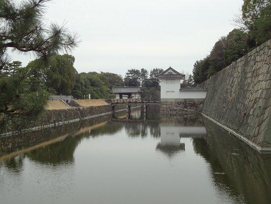Замок Нидзё: Отражения в водах рва
