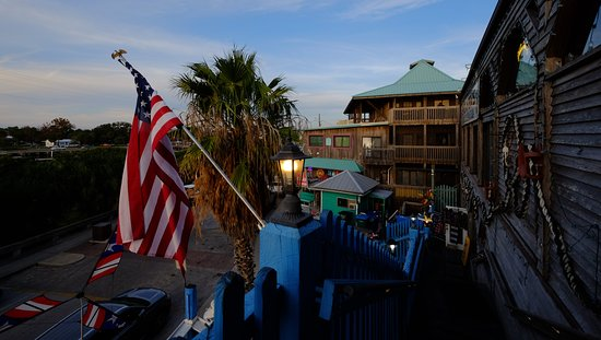 Steamers Clam Bar & Grill: Up the steps to Steamers