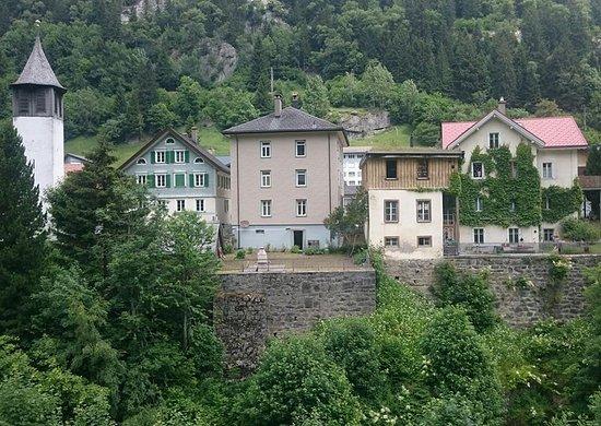 Goschenen, Switzerland: Die alte Kirche von Göschenen, rechts daneben das erste Schulhaus um 1870.