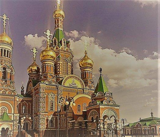 Очень красивый храм с колокольней по образцу московского храма Василия Блаженного и петербургского Спаса-на-Крови.