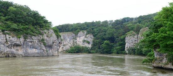 Al wat verder onderweg krijg je een goede indruk hoe nauw het vaarwater is,  de stroomversnelling  en de bijna verticaal staande rotsen van de Frankische Jura.