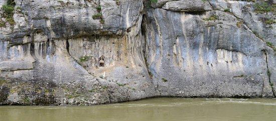 """Het beeld is wat klein in de ietwat geel uitgeslagen rotspartij, maar geeft u een indruk hoe hoog het water van de Donau hier kan staan. Een """"echt"""" watermerk."""