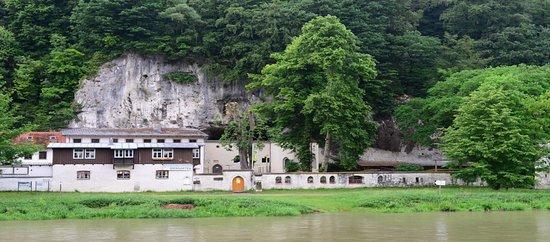 het Einsiedelei Klösterl, een vroeger franciscanenklooster, thans een taverne, op de linkeroever van de Donau..