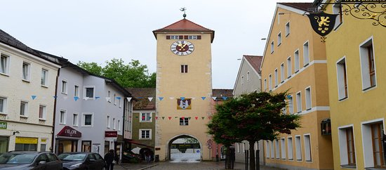 Kelheim, een kleurrijk  straatbeeld van de Donaustrasze met t de Donautoren.