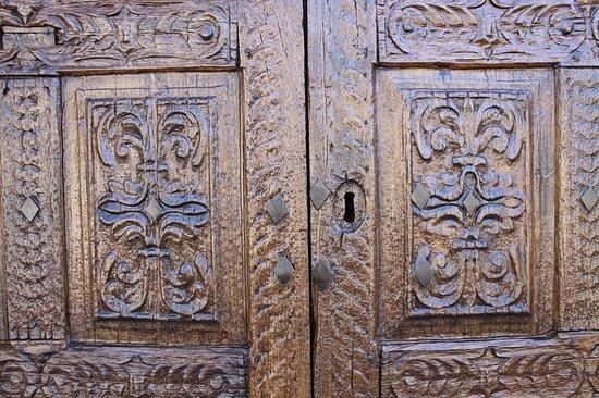 Chiesa di san Martino: Резная дверь из дерева