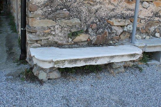 Chiesa di san Martino: Каменная лавка