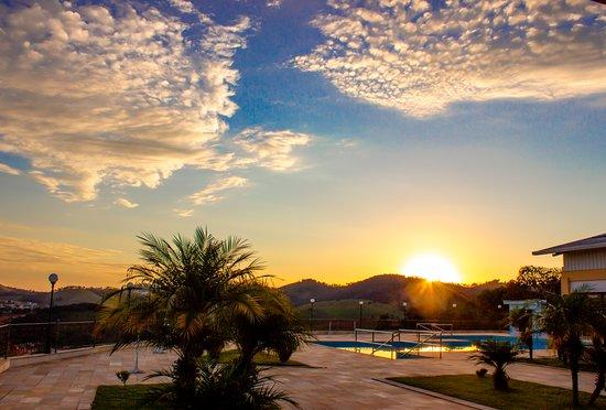 Fim de tarde na piscina com uma vista deslumbrante do por do sol.