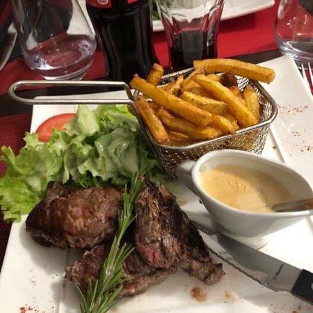 L'Ardennais : Araignée de bœuf Potée ardennaise et magret de canard sauce foie gras Un délice et servis avec le sourire de la «petite Cruche» 😉  Les belges 😜