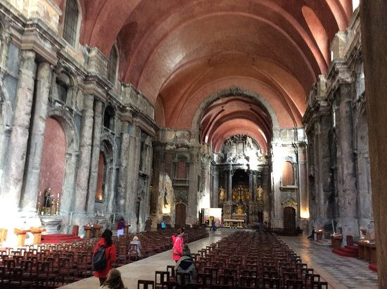 Igreja de São Domingos (Santa Justa e Rufina): Note the scorch marks on the pillars