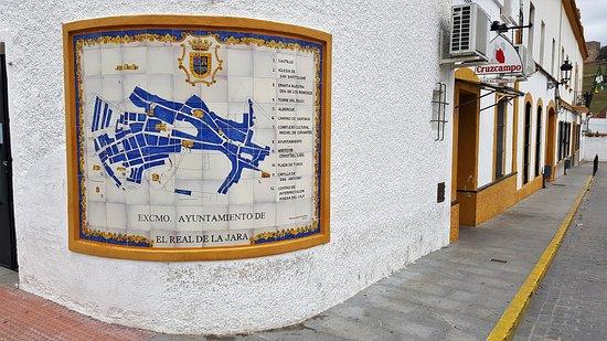 El Real de la Jara, Ισπανία: Ecke der Außenansicht mit Dorfkarte