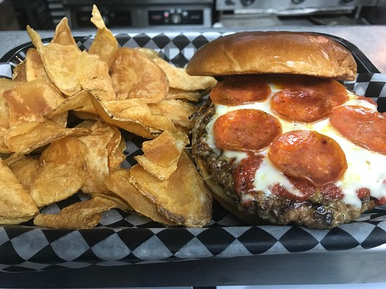 National Pizza Pub & Grille: Pizza Burger with homemade chips