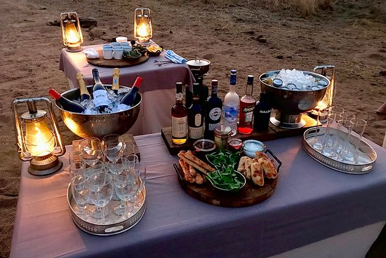 Londolozi Private Game Reserve, África do Sul: Private cocktails and hors d'oeuvres on the night time safari drive