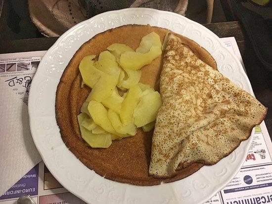 Dubbele pannenkoek opengevouwen, met ertussen de warme appelschijfjes.