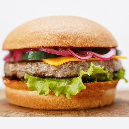 """Бургер """"Дикий запад"""". Самый популярный бургер у гостей! Котлета из мяса мраморной говядины, бекон, маринованные огурцы, маринованный лук, сыр чеддер, сосу """"Смоук""""."""