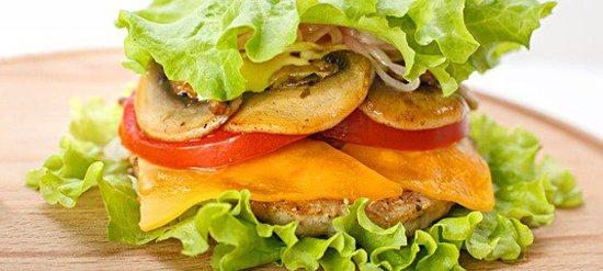 Бургер FIT. Любой бургер из нашего меню мы можем приготовить для вас в листьх салата (вместо булочек).