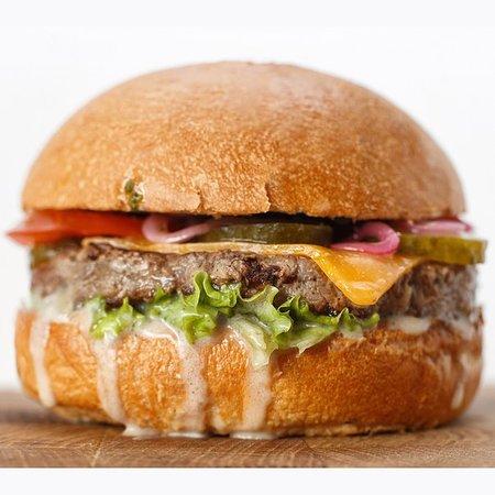 "БulkаМясо: Бургер ""Римлянин"". Котлета из мраморной говядины, сыр моцарелла, запеченый перец, соус ""Песто""."