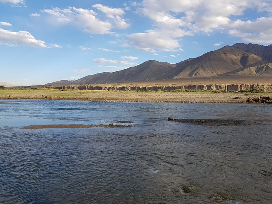 Jammu City, Indie: From Magnetic Hill to Leh you can climb down to Indus River, nice place clear water, enjoy the nice scenic place take a cold water Dip, if you like.