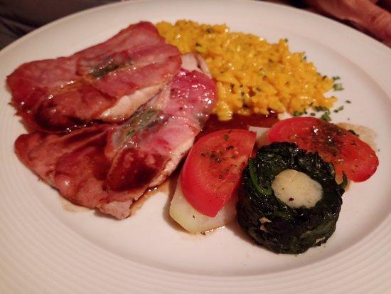 Ardez, Ελβετία: Schweinssaltimbocca mit Safranrisotto und Gemüse