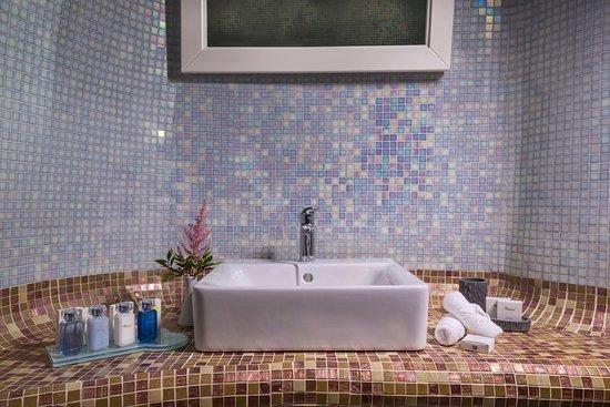 White Santorini: White Suite