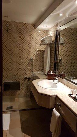 Ajman Hotel: Salle d'eau