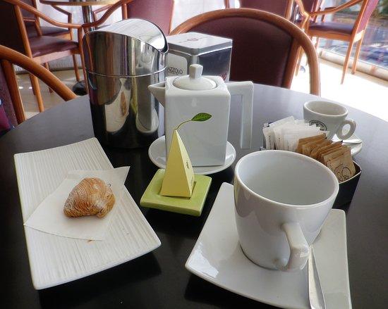 Pasticceria Palazzolo: Una piccola pausa al tavolino.