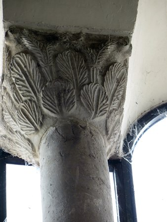 Chiesa di San Salvatore a Corte : piccola colonna all'interno (in alto) di San Salvatore (capitello a foglie di palma)