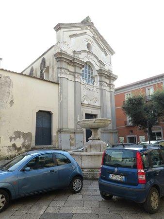 la facciata su piazza S.Tommaso, in cui si nota una fontana tra le auto