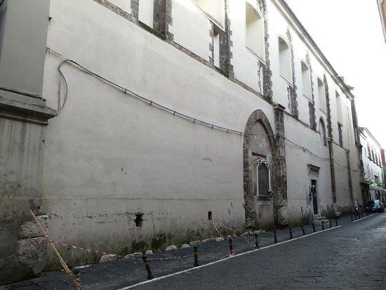 il fianco dx della chiesa con l'arco medievale al centro