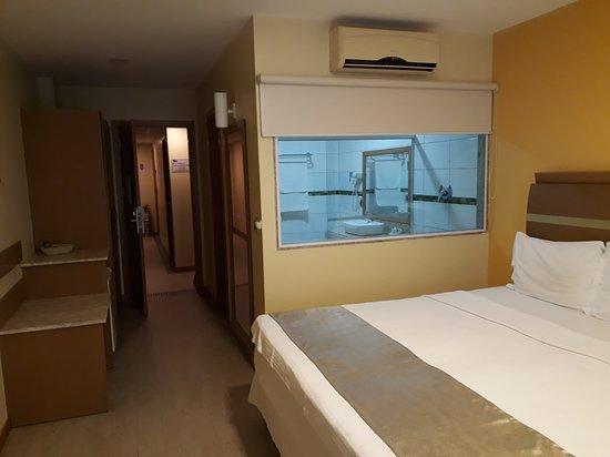 Hotel Brisa Tropical de Macae: Quarto 312 com cortina entre o quarto e o banheiro