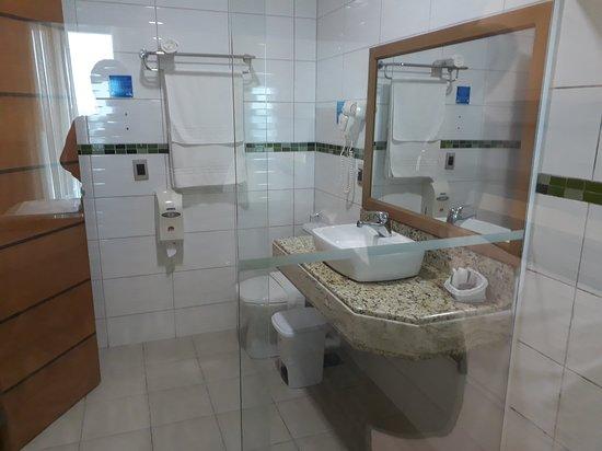 Hotel Brisa Tropical de Macae: Banheiro amplo. Não há janela, mas há exaustor