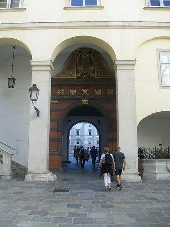 La Puerta Suiza, de estilo renacentista, conduce al Patio de los suizos, y a la derecha, la escalera de los Embajadores. Aquí tiene su sede el Presidente de la República de Austria.