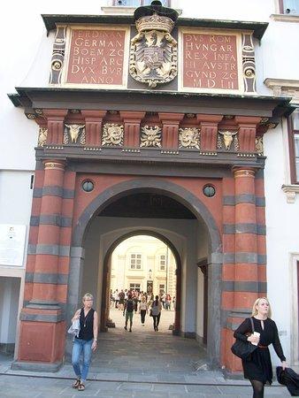 Austria: La Puerta Suiza del Palacio de los Hbsburgos recibe ese nombre por los Guardias suizos que estaban el servicio de la Emperatriz María Teresa.