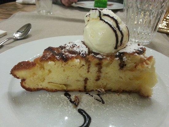 Torta di mele e ricotta con gelato alla vaniglia e cioccolato fondente