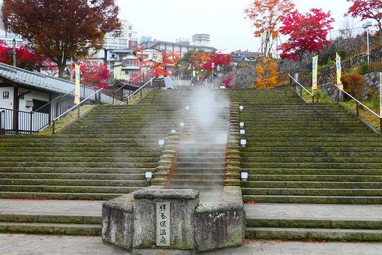 Ikaho Stone Steps: 温泉街っぽい風情ですね。もくもくと湯気が!!