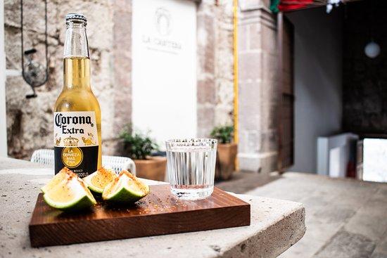 Una cerveza y un mezcal, en el centro de Morelia, ven a comer a La Cantera Mercado