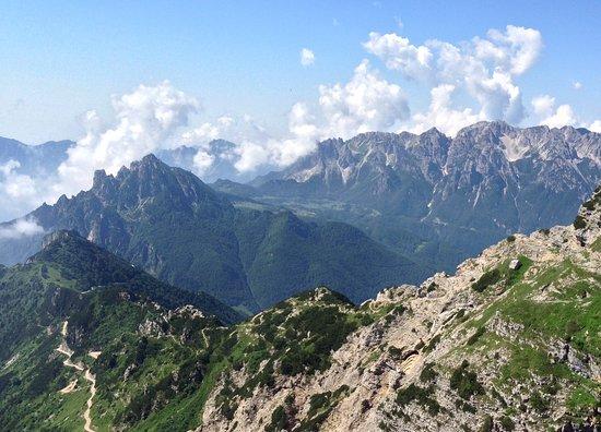 Vicenza, Italia: Le Piccole Dolomiti (a sinistra) e il Gruppo del Carega (a destra in fondo) viste dal Monte Pasubio.