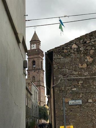 Ortueri, Italia: Il campanile della chiesa di San Nicola di Bari, alto 38 metri.