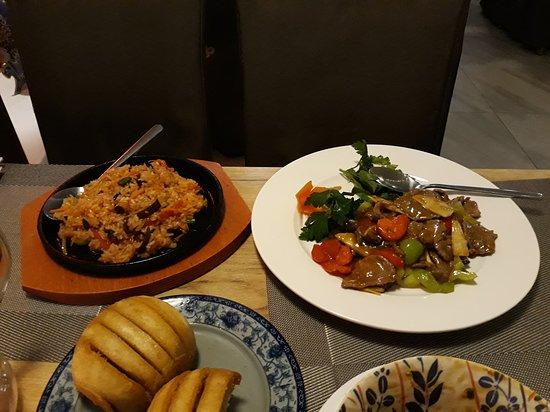 говядина в стричном соусе и рис на сковороде