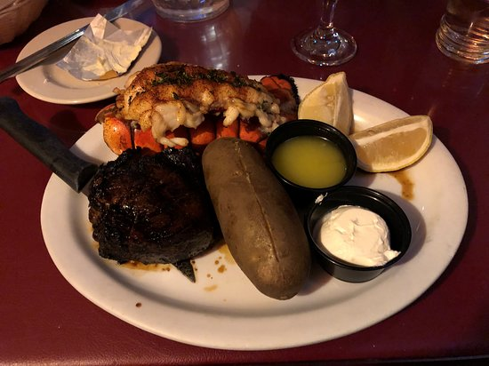 Laurel, État de New York : Surf and turf - marinated filet and lobster tail