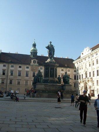 Austria: El Monumento de bronce del emperador Francisco José I de Habsburgo se encuentra en el patio Inder Burg del Palacio.