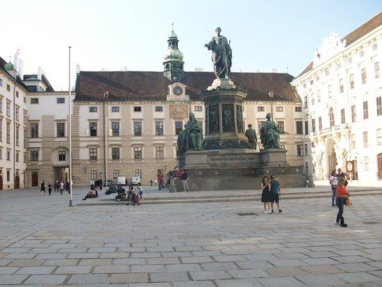 Austria: Destaco la figura de un Emperador,  perfecto caballero,inteligente, pero de mentalidad conservadora, que no le permitió enfrentarse adecuadamente a los cambios ideológicos y políticos que estaban llegando al Imperio.