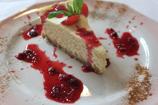 Mykonos Bar & Grill: Homemade vanilla cheesecake with homemade summer fruit sauce
