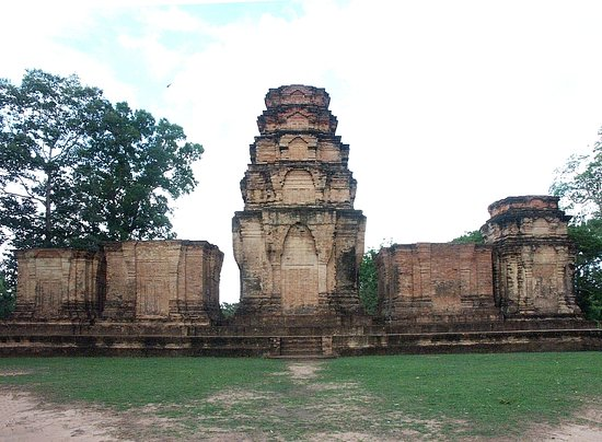 Rear of Prasat Kravan Temple- Flat grass and dirt for quite easy manoeuvring of a wheelchair - and great panoramic views!