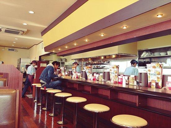 Coco Ichibanya Fushimi-Ku Yoko-Oji: 二名テーブルからカウンター・厨房方向を見る。