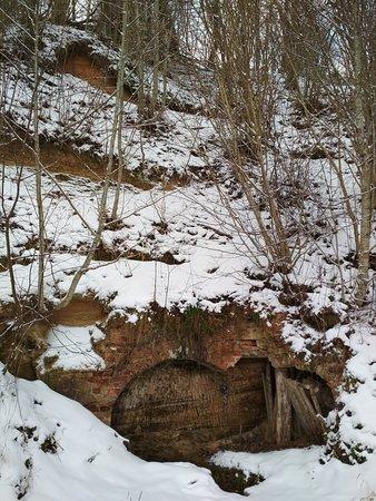 Zaruchye, روسيا: Пещера. Раньше в нее вход был из колокольни, которую взорвали для нужд совхоза - на кирпичи. Но и кирпичи не потребовались. Так и валялись вокруг. Теперь ими устелили дно пещеры и дорожки к ней.