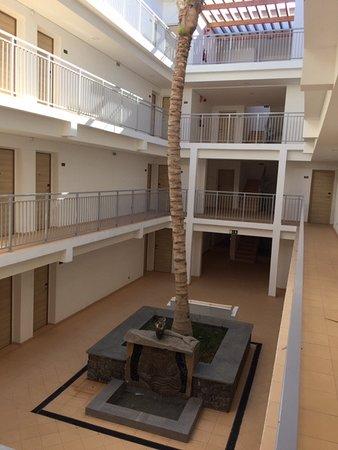 Hotel Da Luz : Atriumet och ingångarna till rummen